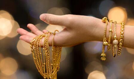 黄金价格在阿克沙亚·特里蒂亚之前下跌